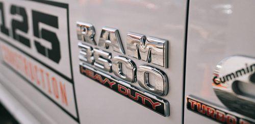 Primer plano del emblema de la Ram 3500.