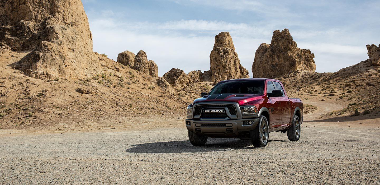 Mostrar Vista frontal de medio perfil de una Ram 1500 Classic Warlock 2019 estacionada en un desierto.