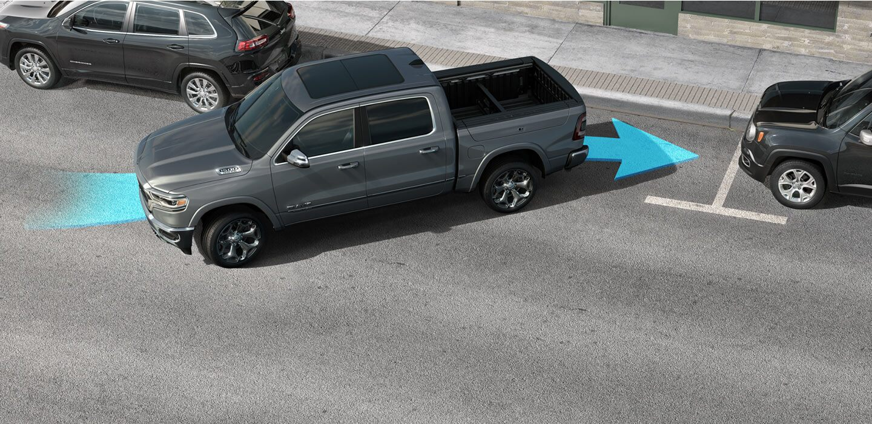 Una Ram 1500 2020 moviéndose marcha atrás en un estacionamiento, con una flecha azul ilustrando la forma en la que el vehículo asiste al conductor mientras estaciona.