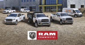 Seis vehículos Ram, que incluyen la Ram ProMaster City, Ram 1500 Classic, Ram 1500, Ram Chassis Cab, Ram 3500 y Ram ProMaster estacionadas una al lado de otra en un sitio de construcción. Publicidad de Ram.