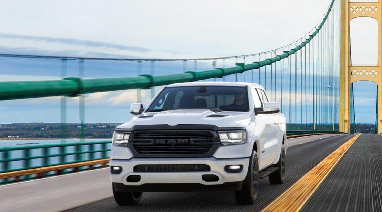 Una Ram 1500 Big Horn 2020 con el paquete Night Edition andando sobre un puente suspendido.