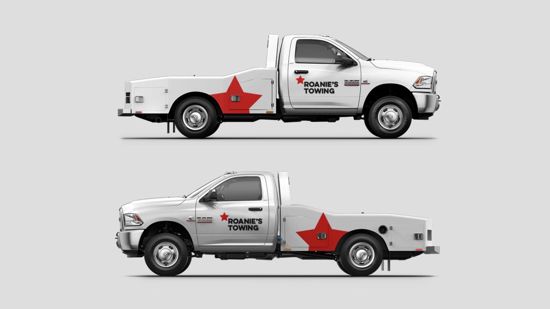 Mostrar dos vistas de unaRamChassis Cab con gráficos personalizados para una empresa de remolques.