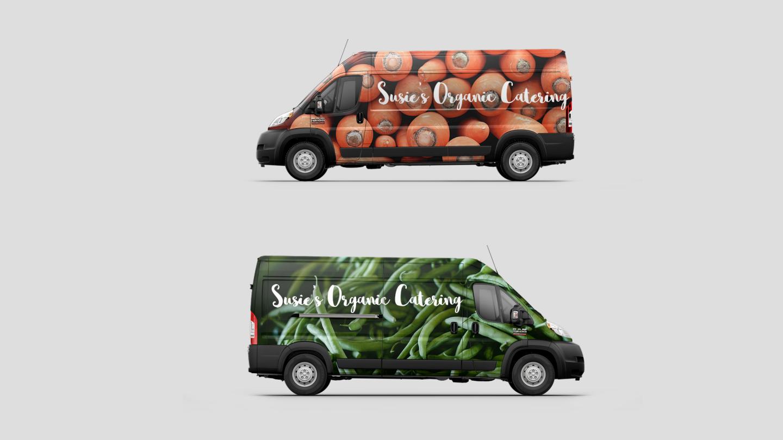 Mostrar dos vistas de una Ram ProMasterCargoVan con gráficos personalizados para una empresa de catering.