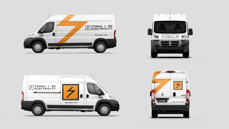 Mostrar cuatro vistas de una Ram ProMasterCargoVan luciendo gráficos personalizados para un negocio de electricistas.