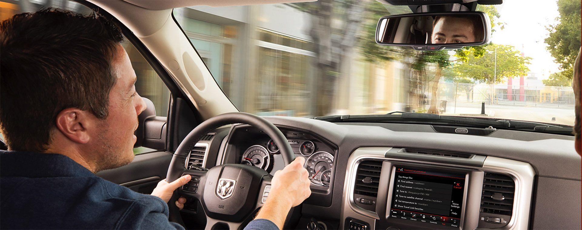 Di lo que piensas. Mantén el control de tu vehículo marca Ram con comando de voz. Ahora puedes acceder a tu sistema Uconnect® sin quitar las manos del volante o los ojos de la carretera.